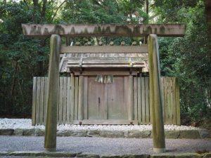 玉垣御門に注連縄が掛けられた湯田神社(皇大神宮 摂社)