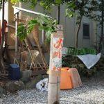 どんど火準備の奥に立てられた[火の用心]札が貼られた竹筒、須原大社(伊勢市一之木)
