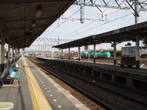 近鉄 塩浜駅から望むJR貨物の貨物列車