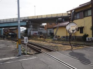 塩浜駅から工場地域へと続くJR貨物の線路
