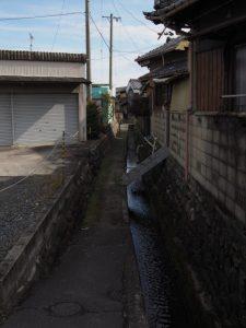 JR六呂見踏切付近から水路に導かれて(四日市市六呂見)