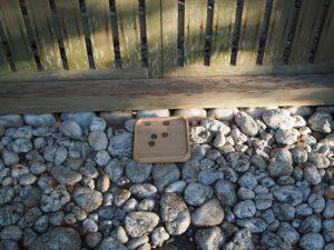 賽銭のために置かれた折敷、河原淵神社(豊受大神宮 摂社)