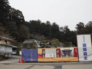 修復のために仁王門が姿を隠した丹生大師神宮寺(多気郡多気町丹生)