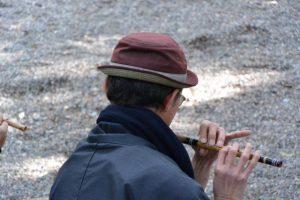 南中村区で篠笛を吹く御村一真さん
