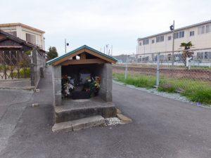 JR参宮線脇の小祠(伊勢南北幹線道路、伊勢御薗高架橋付近) 2013年03月23日時点