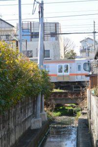 松垣外橋の下を流れる水路の上流方向