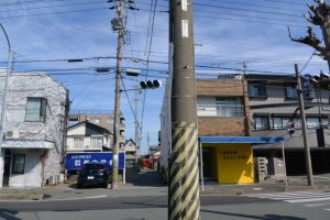 JR参宮線 越坂踏切の一方通行路の先に見えるお稲荷さん(伊勢市一之木3丁目)