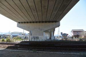 伊勢南北幹線道路がJR参宮線と交差する高架下