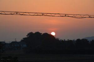 春分の日を前に、社叢の端から日が昇る河原神社(豊受大神宮 摂社)
