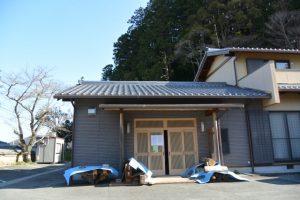 解体された仁王門の鬼瓦などを展示するホール、丹生山神宮寺(多気郡多気町丹生)