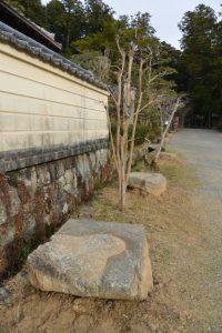 仁王門の礎石、丹生山神宮寺(多気郡多気町丹生)