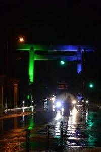 グリーンとブルーにライトアップされた御幸道路の大鳥居