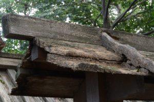 傷みが激しい河原神社(豊受大神宮 摂社)、毛理神社(同末社)を同座