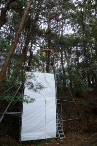 御用材の吊り上げのために準備された鉄パイプ組、津布良神社(皇大神宮 末社)