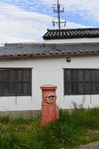勢田川左岸の丸ポスト(伊勢市河崎)