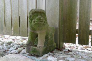 個性的な長原神社の狛犬(度会郡度会町長原)