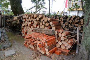 切り揃えられた三吉稲荷神社の解体鳥居、世木神社(伊勢市吹上)
