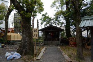 御造替された世木神社の本殿と鳥居が解体されたままの三吉稲荷神社(伊勢市吹上)