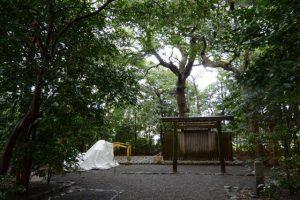 小型重機が置かれていた河原神社(豊受大神宮 摂社)、毛理神社(同末社)を同座