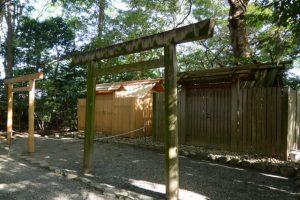 昨日に仮殿が建ち上がった河原神社(豊受大神宮 摂社)、毛理神社(同末社)を同座