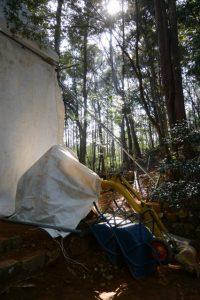 再び姿を現した小型重機、津布良神社(皇大神宮 末社)
