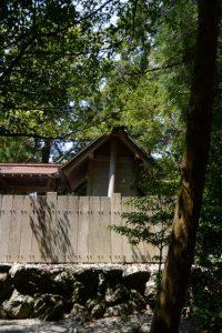 傾きかけている本殿、栄野神社(伊勢市二見町江)