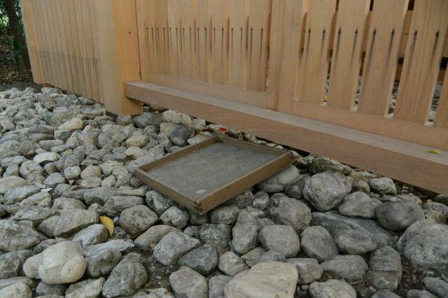 仮殿御遷座を終えたことを教えてくれた古びた折敷、河原神社(豊受大神宮 摂社)