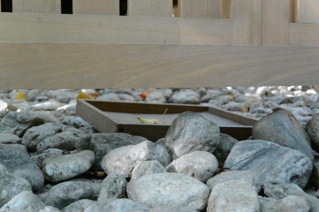 御門の内側に置かれている折敷、河原神社(豊受大神宮 摂社)