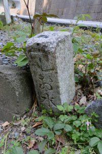 「手矢印 お水□」の道標(桜地蔵尊付近の分岐)
