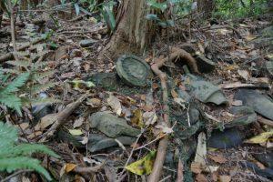 梅香寺歴代住職の墓地と梅香寺旧跡の石碑の間で見つけた瓦たち