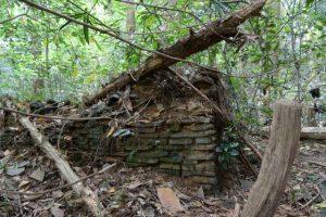 梅香寺歴代住職の墓地と梅香寺旧跡の石碑の間で見つけた土塀跡