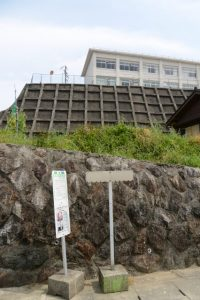 右手に宇治山田高校の校舎を見上げて