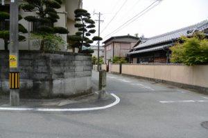 「左 浦口町 右 二俣町 新開地 ←白石通 →本通」の道標付近