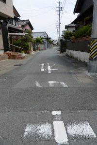 西口公園の交差点の先で右折して清川の流れへ(伊勢市二俣)