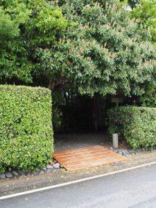 入口付近に置かれた木製のスロープ、河原神社(豊受大神宮 摂社)