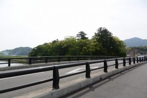 五十鈴橋(五十鈴川)から望む大土御祖神社(皇大神宮 摂社)の社叢