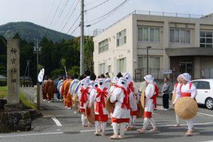 神宮神田御田植祭保存会の楠部町公民館から神宮神田への移動