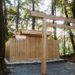 新しい正殿の屋根には雁股矢と鏑矢、津布良神社(皇大神宮 末社)