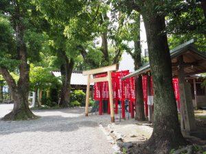 三吉稲荷神社に建てられた素木の鳥居、世木神社(伊勢市吹上)