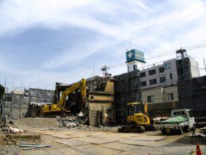 鉄筋コンクリートの建物が解体途中の井阪長七商店(伊勢市河崎)
