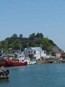 鳥羽市営定期船中之郷桟橋付近から望む旧鳥羽小学校