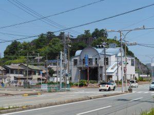 近鉄志摩線中之郷駅付近から望む旧鳥羽小学校