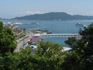 鳥羽城天守跡付近から望む真珠島への橋