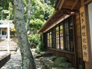 賀多神社社務所の窓はギャラリーに