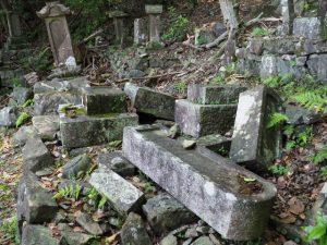 猪(?)に荒らされた墓所(常安寺)