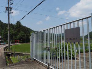 上多気電話交換所前から望む北畠神社(津市美杉町上多気)