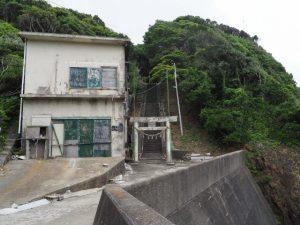 灯台側にある波切神社の参道(志摩市大王町波切)