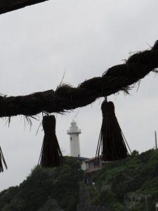 波切神社の鳥居下から望む大王崎灯台