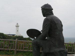 絵かきの像が望む大王崎灯台