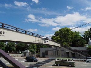 宮町交差点に架かる歩道橋からの今社の社叢遠望